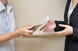 Имеет ли право нотариус забирать оригиналы документов